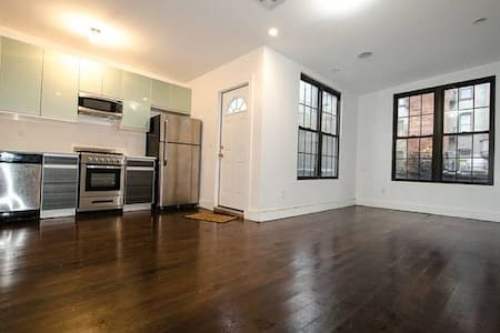HUGE Discounts for Sept!!! - Budget Wburg Room #4 - Brooklyn - Appartamento