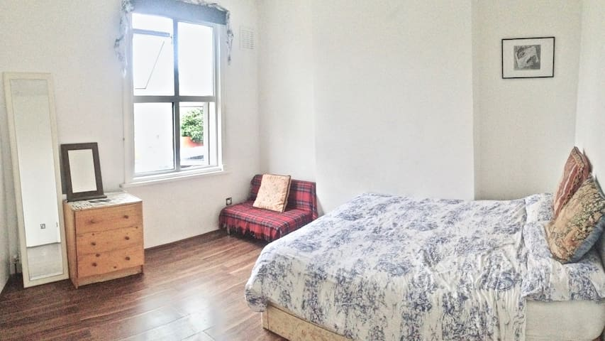 Large Double Room in a House in FINSBURY PARK