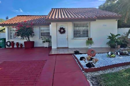 Private room and bathroom Keys/Everglades/Speedway