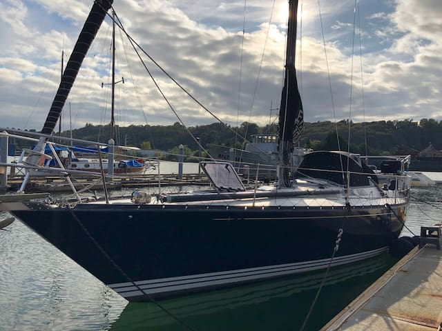 39' Sailboat Close to Downtown & Airport