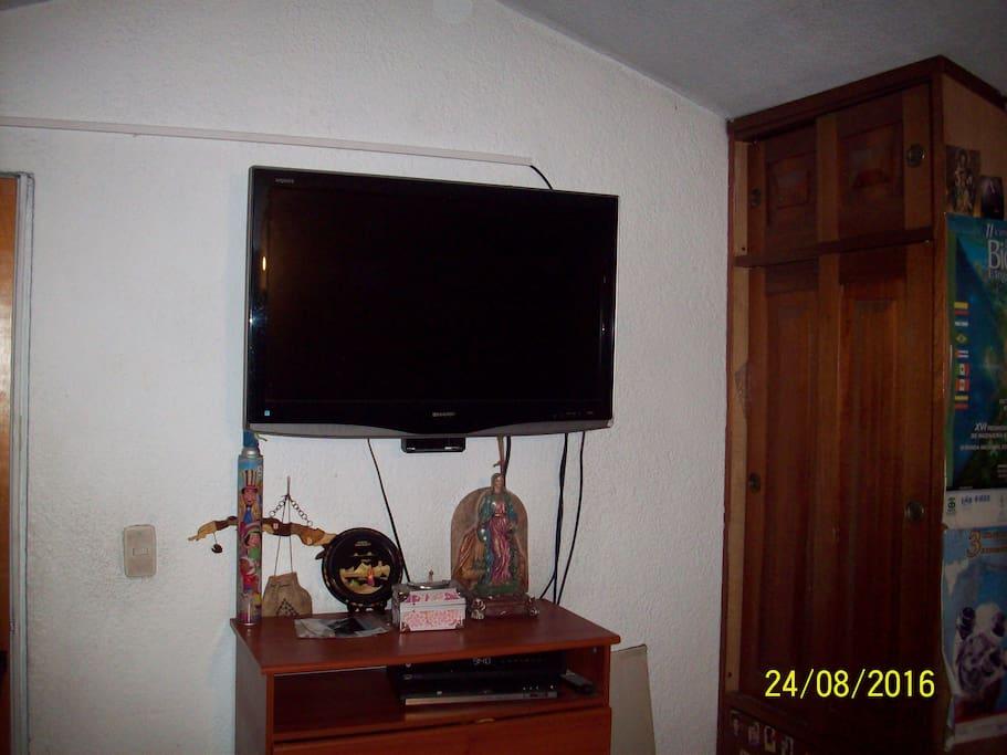 Un Televisor pantalla plana con televisión por cable.