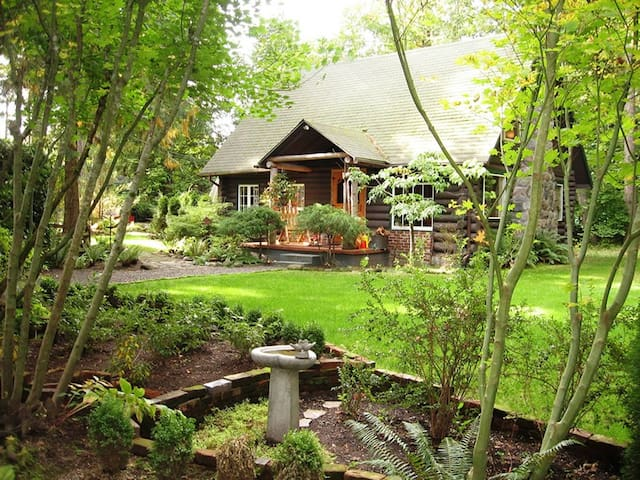 Log cabin featured in national magazines w/hot tub