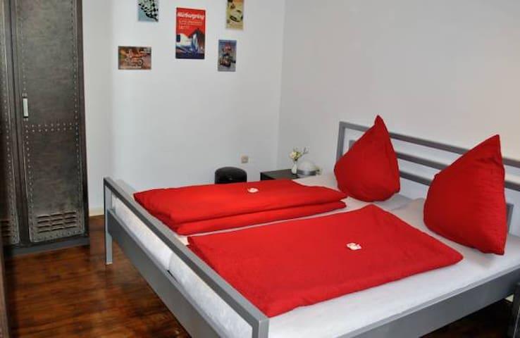 Doppelzimmer Altes Fahrerlager mit Balkon - Adenau - Casa