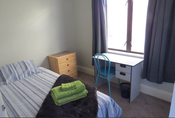 Single room Westfield, UC & airport close, wifi