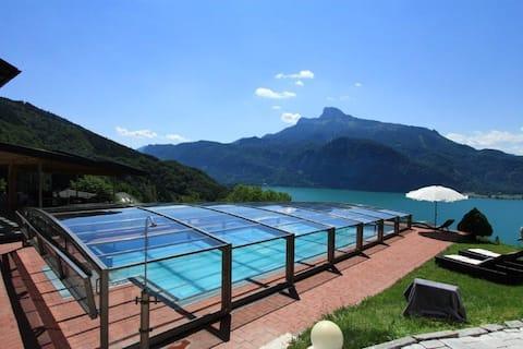 Lägenhet med balkong och sjöutsikt och pool