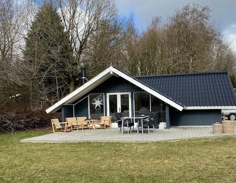 Nyrenoveret sommerhus med fri adgang til badeland