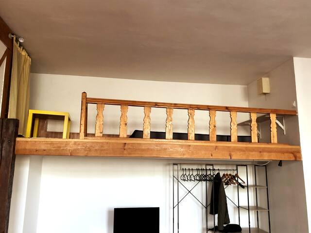 Mezzanine avec lit 90x180 et table basse (seulement disponible pour les adultes de + 18 ans).