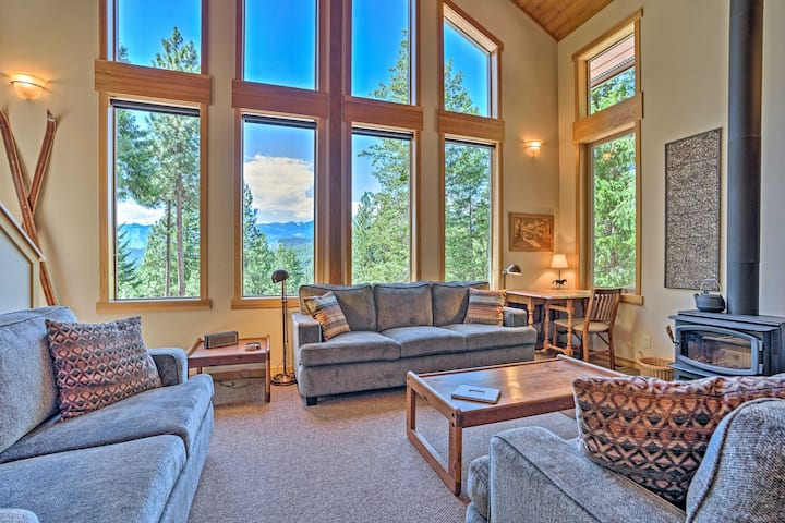 Secluded Leavenworth Cabin w/Mtn Views & Fire Pit!