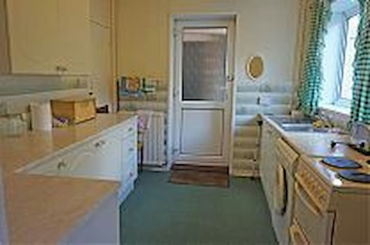 Delightful three bedroom semi house - Hengoed - House