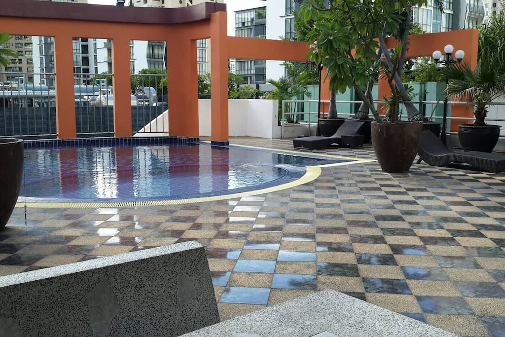 nice pool on roof with shallow part 2 foot and normal 5.5 foot shower and change room thir and nice view off Bkk gym on roof as well