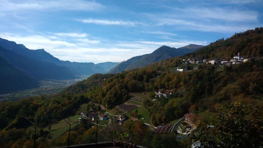 Vecchia casa di montagna nei boschi del Trentino