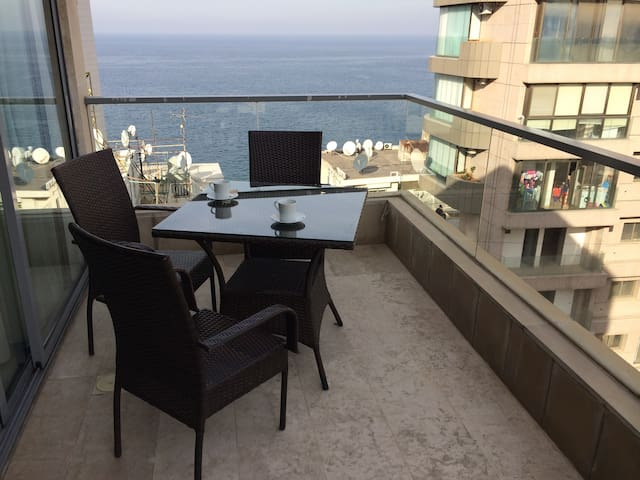 Bright Studio w/seaview balcony - Ain Al Mraiseh - 公寓