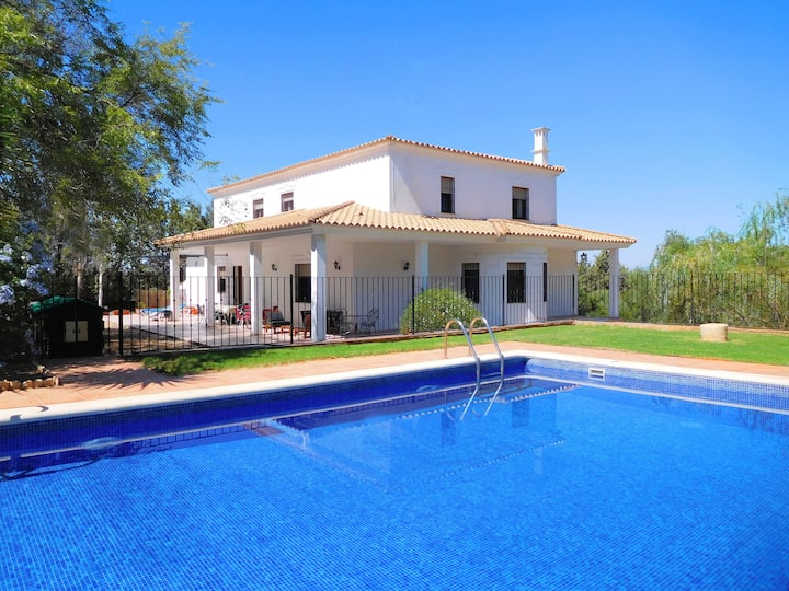 Family Friendly Villa, Heated Gated pool, Air-con