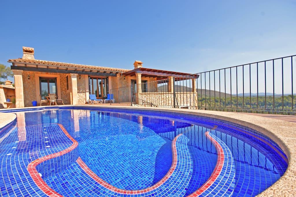 Fachada principal con piscina con Jacuzzi