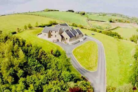 5* Drumlin Lodge, stylish home 20mins from Belfast