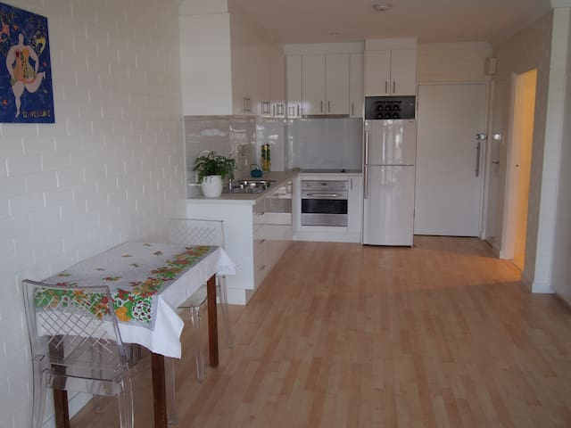 Bright and Secure Studio Apartment - Crawley
