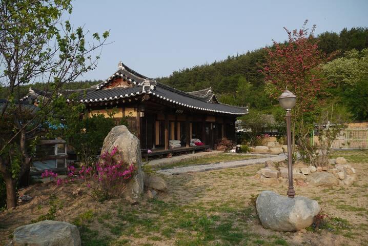넓은 정원의 괴시마을 한옥고택 영감댁 (상방) - 영덕군 - House