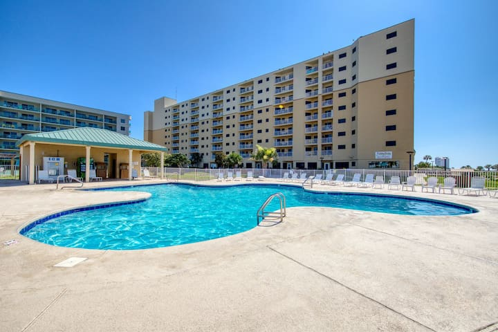 NEW! Top floor corner unit! Views! Shared hot tub, pools, gym! Couples Getaway!