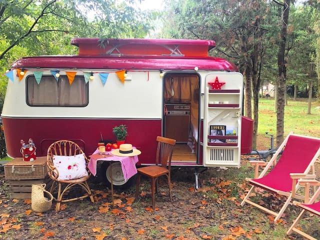 Eriba burgundy caravana vintage - Maià de Montcal