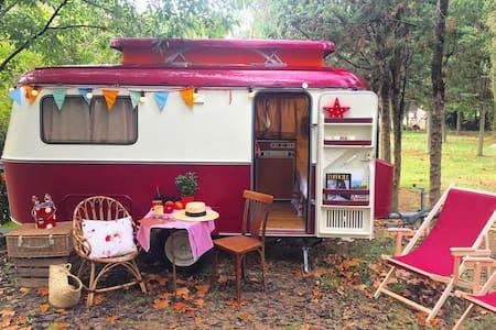 Eriba burgundy caravana vintage - Maià de Montcal - Jiné