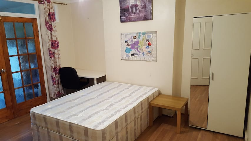 I have a  room in Cricwood station - Londres - Casa