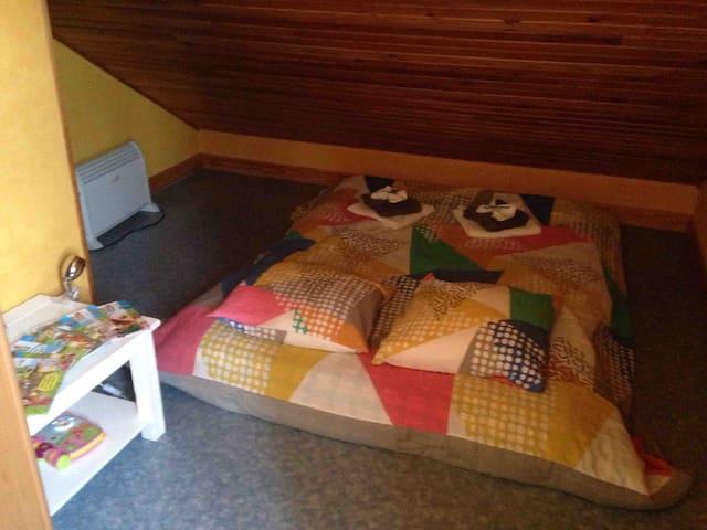 Chambre à l'étage avec matelas au sol