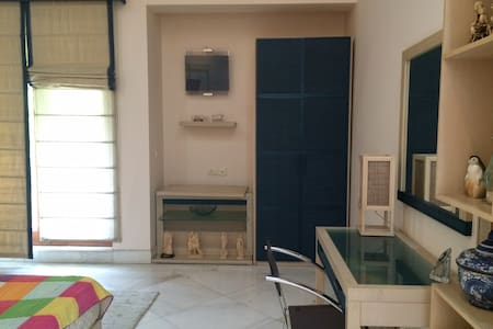 A Beautiful & Luxurious One Bedroom - Nuova Delhi