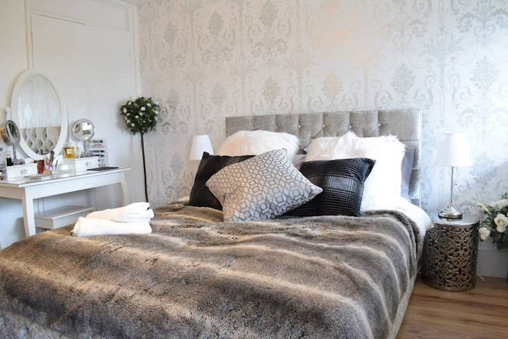 Stunning double room in designer West London house