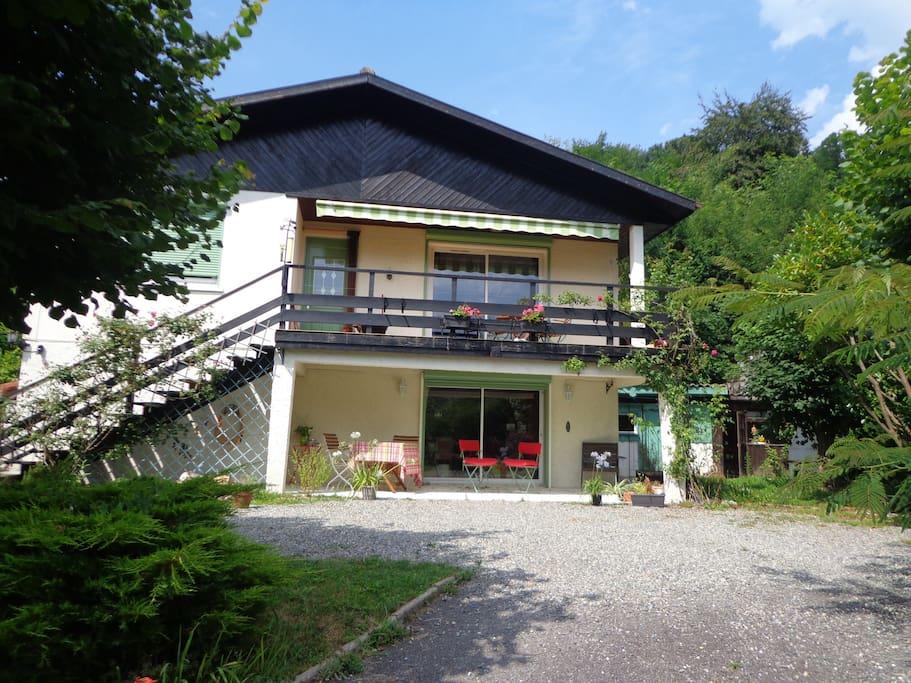 Les 2 chambres d'hôtes et leur salon salle à manger, ainsi qu'une terrasse, sont au rez-de-chaussée. / The B&B space is on the ground floor, including a covered terrace.