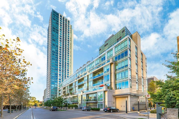 Luxury Downtown Toronto  One bed + one den condo