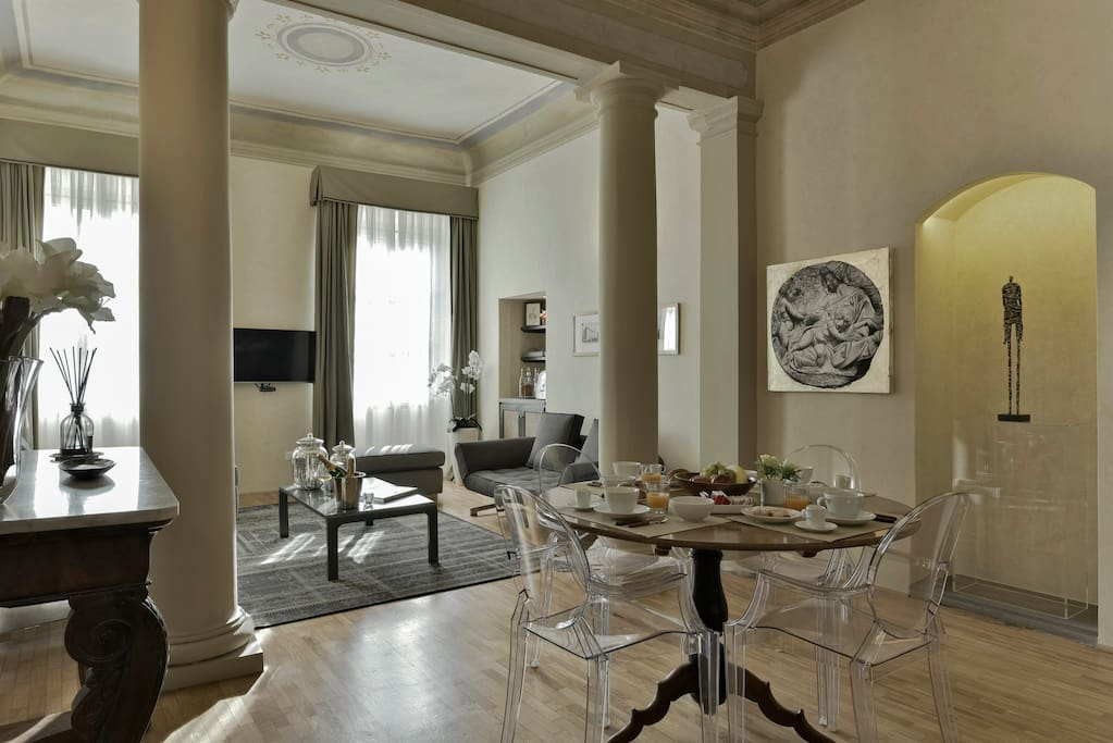 Pitti Luxury Apartment Florence: Magnificent Living Room with original XVII frescoes
