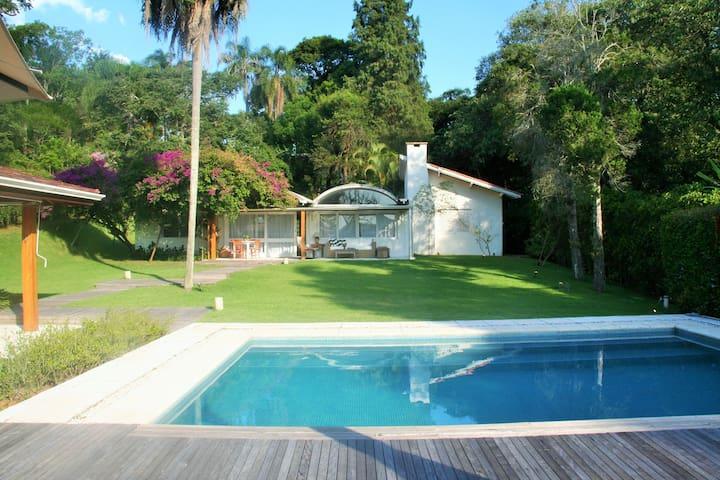Casa vista da piscina