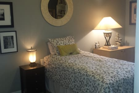 Private single bedroom for solo traveller. - West Chester Township - 公寓