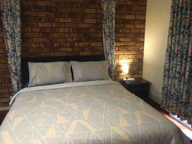 Big room with bath en-suite near Werribee Mall