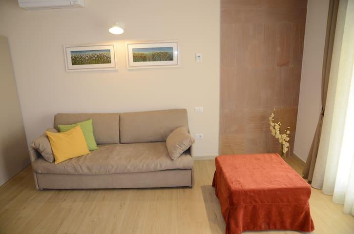 Il divano ed il pouf si trasformano in comodi letti per la notte.