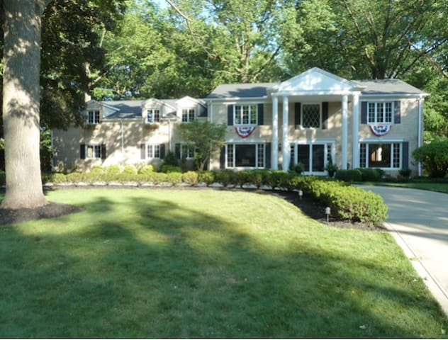 Large Colonial for RNC (13 miles from the Q) - Fairview Park - House