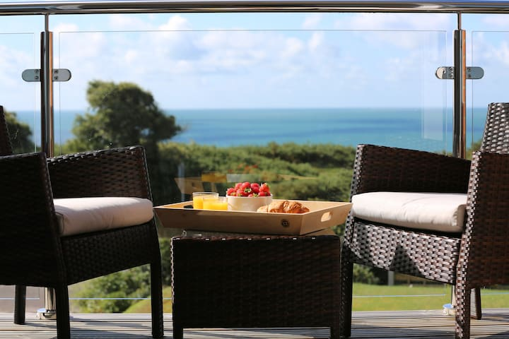 Luxury ocean view house❤opp southbourne beach path