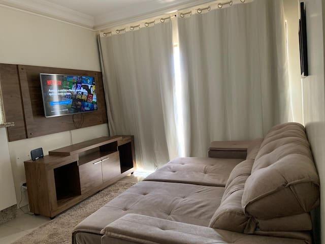 Sofá 4 lugares Smart Tv 42 polegadas, com assinatura de canais e netflix Cortinas blackout