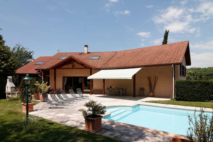 Villa+piscine pour famille entre Ville et Montagne