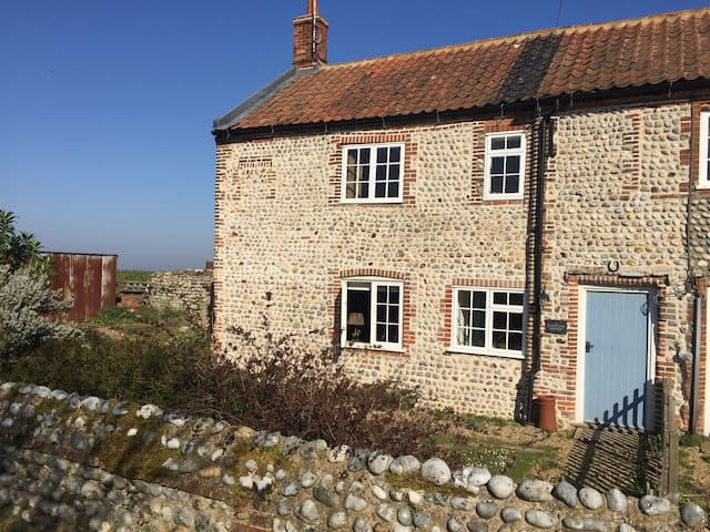 Gorgeous cottage on the dramatic Norfolk coast