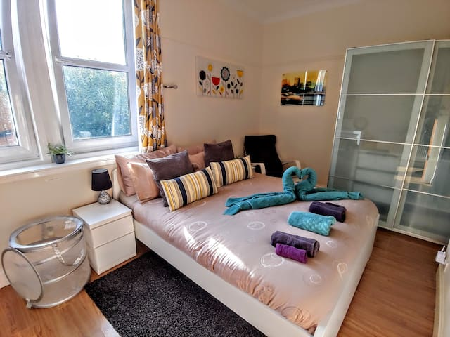 Big bedroom close to city center with breakfast