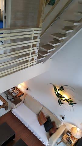 Vista do Living e escada para a Suíte do Mezanino.