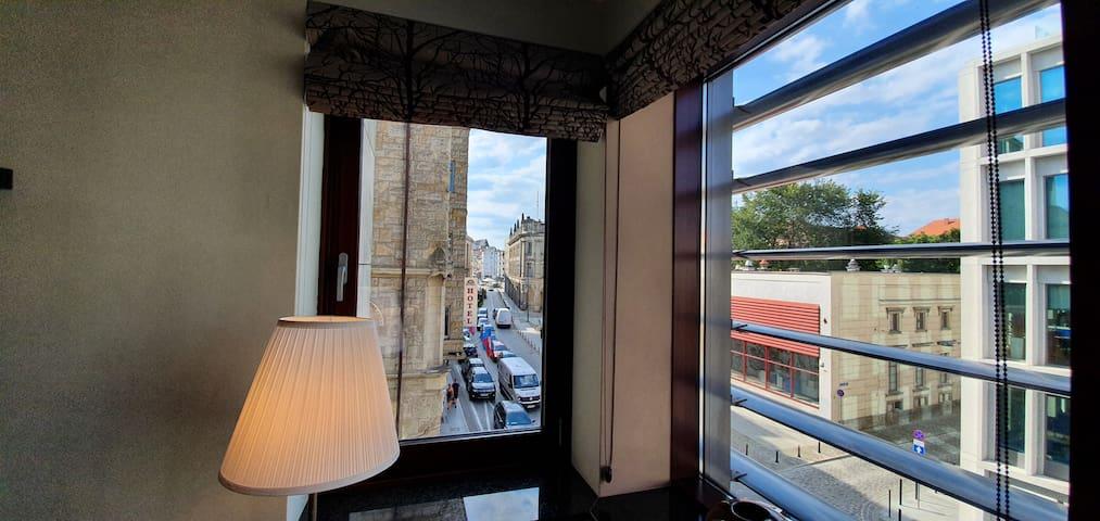 Widok z salonu w stronę rynku