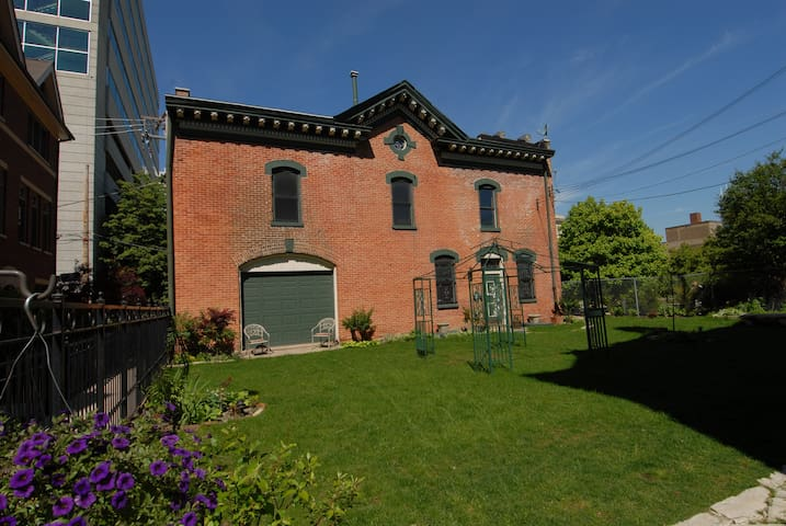 Historic Coach House 3 blocks from McCormick Place