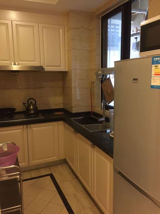 厨房,带微波炉,冰箱。