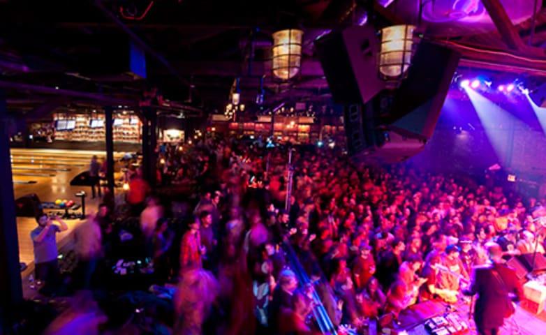 SUNNY ROOM IN WILLIAMSBURG - 1 BLOCK TO METRO!!
