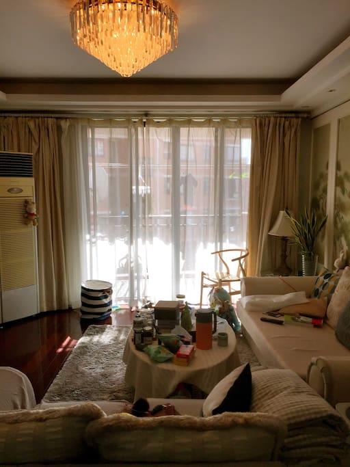 舒适明亮的客厅区域可直接步出露台,露台️俯瞰整个小区的中央花园和网球场…以及沿河的翠柳…