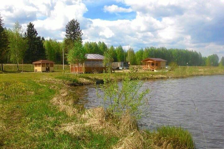 Уютный домик на берегу озера