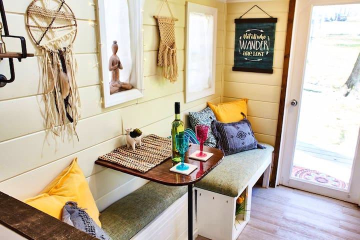 Tiny Hippy House on Small Farm Wifi Full Kitchen