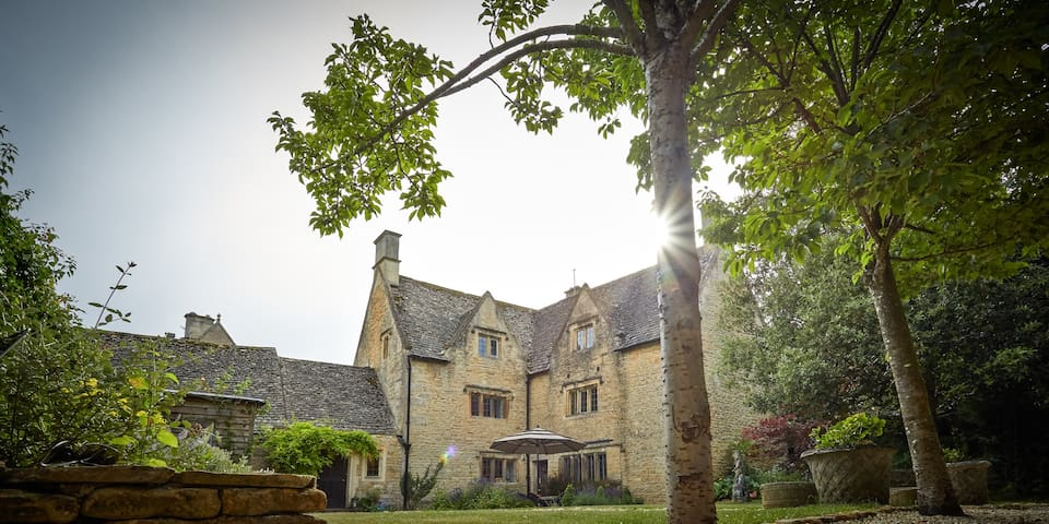 Luxury 16th C Manor - Sleeps 12 - 6br/4ba - Bourton-on-the-Water